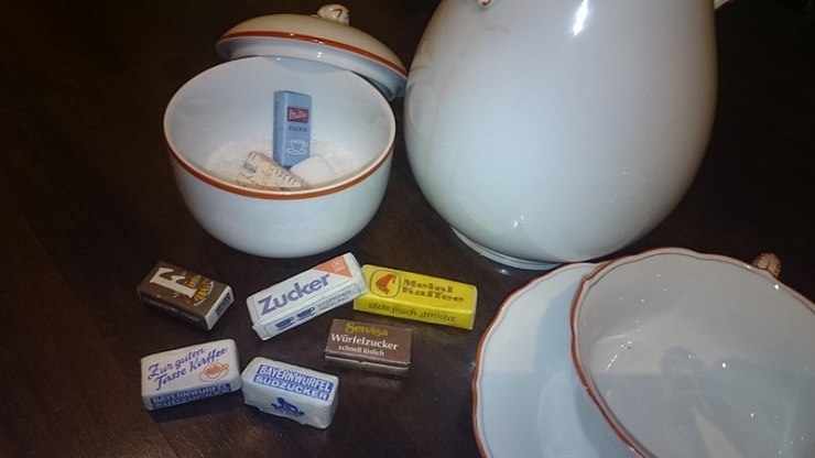 Packaged_Sugar_with_tableware